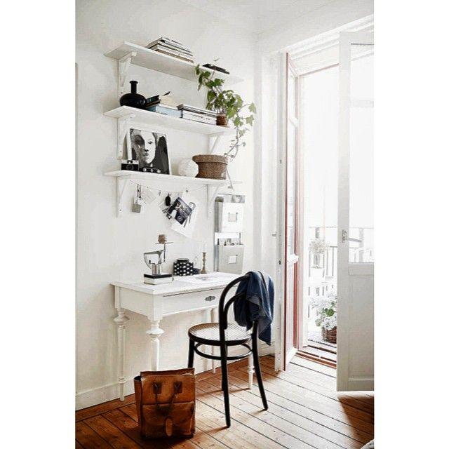 |Skrivbordshörna| #lägenhettillsalu#stadshem#fotografjonasberg#thonet#rebeccaelfast#fouremtywalls#secondhand#vintage#inredning#interiör#interior#interiorstyling#emmahos#styledbyemmahos
