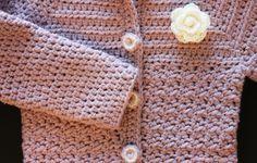 Zelf dit schattige babyvestje haken? Door de details is het vestje te stylen naar jouw smaak en is het patroon te gebruiken voor zowel jongens als meisjes!