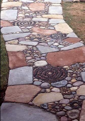Stenen paden in je tuin zijn erg in, en kunnen heel mooi zijn, vooral als je verschillende en natuurlijk uitziende stenen combineert. #tuinen #garden #path #rocks #stenen #combined #colourful