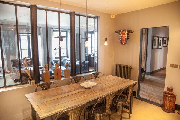 Au-dessus de la table, un système d'éclairage inspiré des suspensions basiques des ateliers a été installé. La verrière donne tout son sens à l'espace. Les poteaux intégrés devant les vitrages participent de l'esthétique comme de la technique.