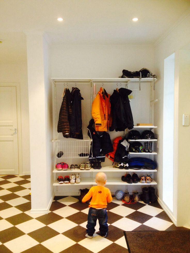 Nu har vi (min man) fått upp Algot i hallen och det blir jättebra. Den sväljer jackor, skor , hjälmar mm. Fördelen är att man kan designa det precis så som man vill ha. Med hyllor eller med korgar ...