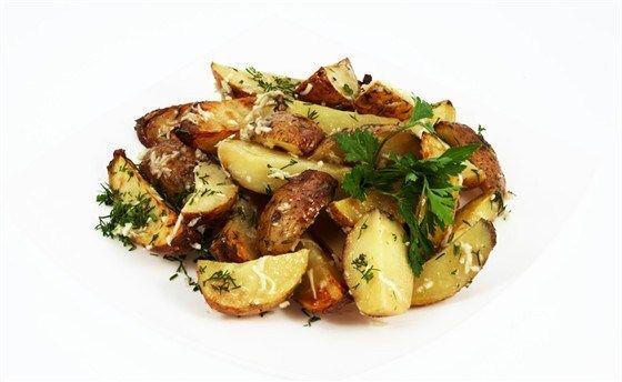 Картофель хорошо промыть (очищать не надо), нарезать вдоль на восемь долек, положить в кастрюлю с холодной подсоленной водой.