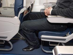 Auf langen Reisen steigt das Risiko, dass sich Blutgerinnsel in den tiefen Beinvenen bilden.