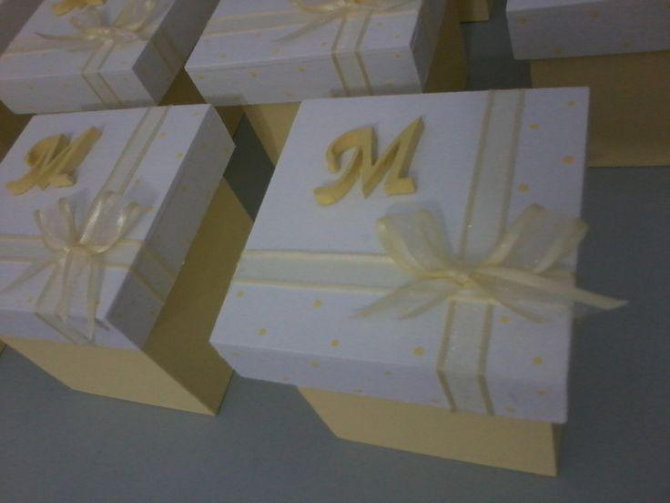 Excelentes cajas de madera fibrofacil, medida 6x6x6, con inicial en sobrerelieve en madera cortada a laser, cintas de organza al tono de la base. Podes elegir el color, Hay cajas de diferentes tamaños, 6x6x6 / 8x8x8 / 8x8x4 con tapa zapato Trabajamos con deposito bancario, transferencia bancari...