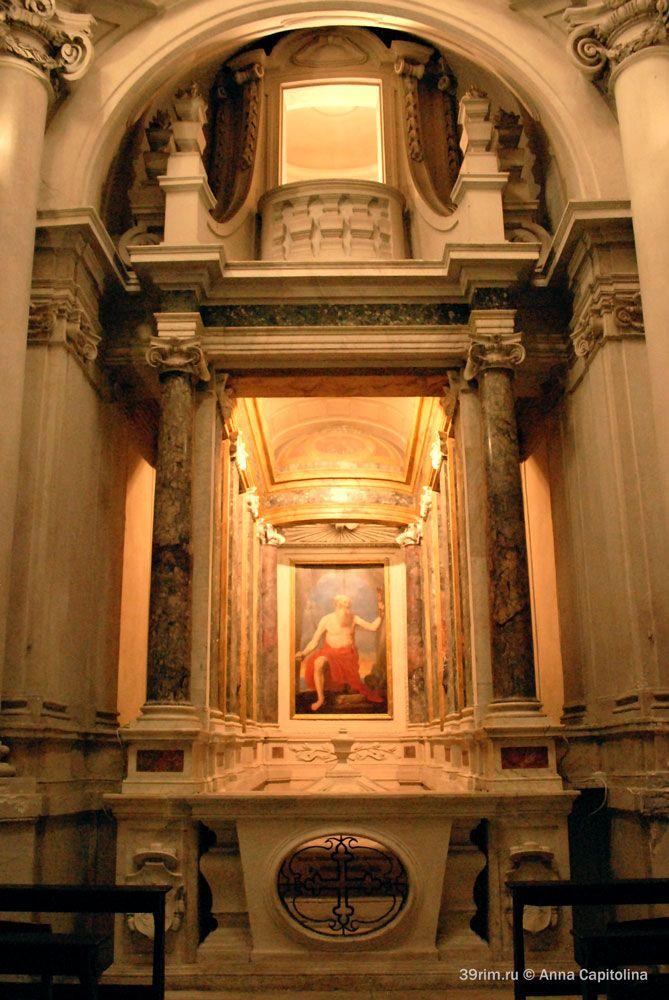Галерея с погребальными урнами и картиной с изображением св. Иеронима в базилике Санта Мария ин Трастевере