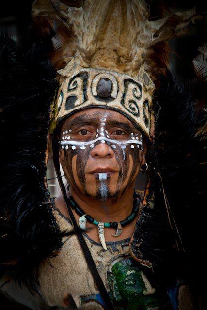 How the Mayan warriors looked Esto muestra cómo los guerreros mayas parecían.