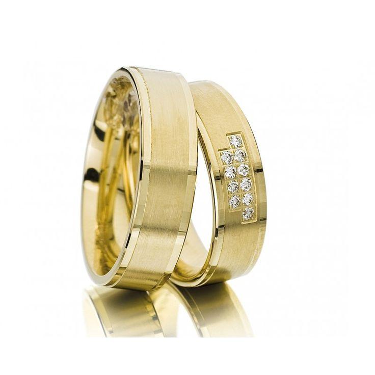 Wunderschöne breite Eheringe aus Gelbgold. Außen ist der Ring glänzend poliert. In dem mattierten Mittelteil sind nebeneinander zwei unterschiedlich Rechtecke herausgefräst. Da hinein sind hintereinander einmal sechs und einmal vier funkelnde Brillanten eingefasst.