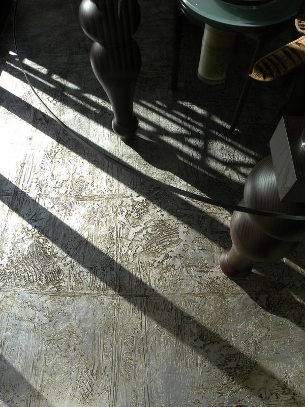 pavimento in resina materico in foglia argento(decoro: Daniela Argenti www.studioadp21.it)