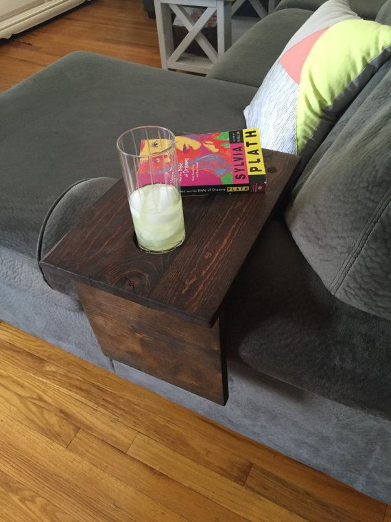 Esta tabla de brazo de sofá rústico encaja perfectamente en cualquier espacio! La parte superior tiene un lugar para su bebida!   -Hecho a mano por encargo, teñido y acabado con poliuretano   -10 1/2 x 15 alto de la tabla   -Sostenedor de taza 3   -Corto (lado sofá cojín) es 6 1/2 de largo   -Largo lado (exterior) es 12 de largo   -Ajustes sobre un brazo del sofá ancho 10-11  --------------------------------------------------------------------------------------------------  Si el brazo del…