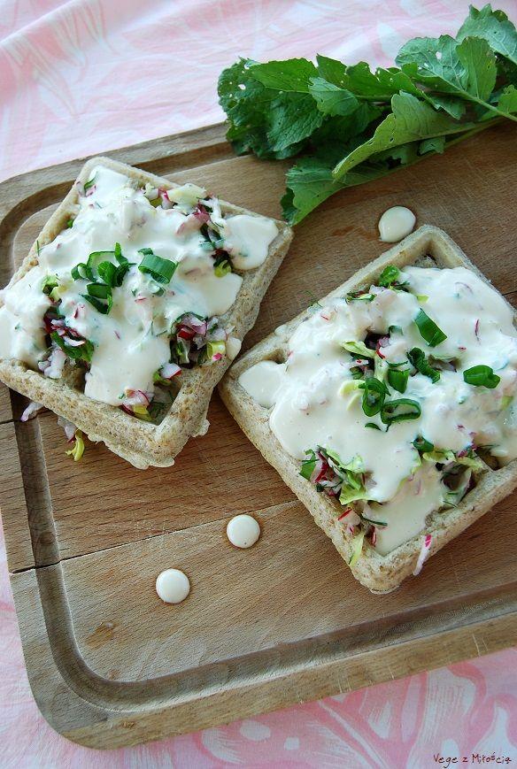 Vege z Miłością: Gofry owsiano-ryżowe z sałatką rzodkiewkową i wegańskim majonezem