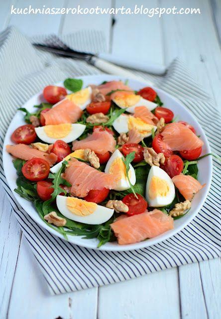 Kuchnia szeroko otwarta: Fit! Sałatka z wędzonym łososiem, jajkiem i rukolą...