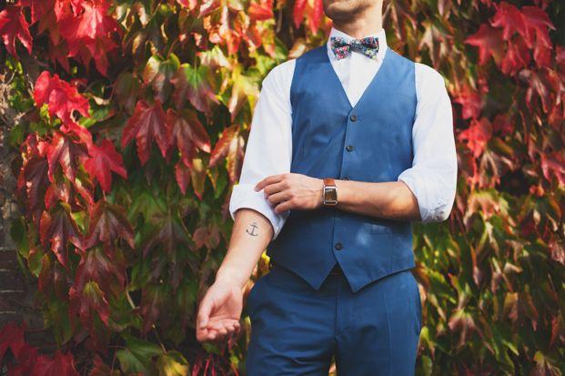 ©Marion H Photography - Shooting inspiration - Mariage rustique rouge, bleu, jaune - La mariée aux pieds nus