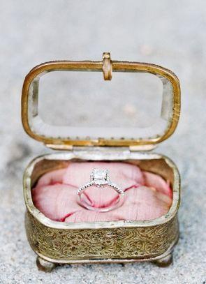 Inspiration mariage : un joli porte alliance avec une petite boite vintage fer forgé et verre pour un mariage rétro.