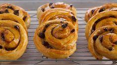 Caracolas con pasas, spiral raisin danishes. Anna Olson