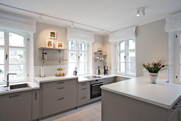 #lichtdurchflutete #Wohnküche in #grau und #weiß mit #edler #Arbeitsplatte und #vintage #Dekoration zu mieten im #Ferienhaus Alte Schreinerei in #Bayern unter http://www.alteschreinerei.com/