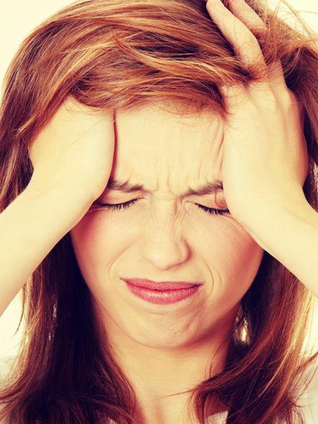 Sie leiden unter Kopfschmerzen? Es muss nicht immer eine Tablette sein. Raufen Sie sich lieber die Haare: die wirksamsten Hausmittel gegen