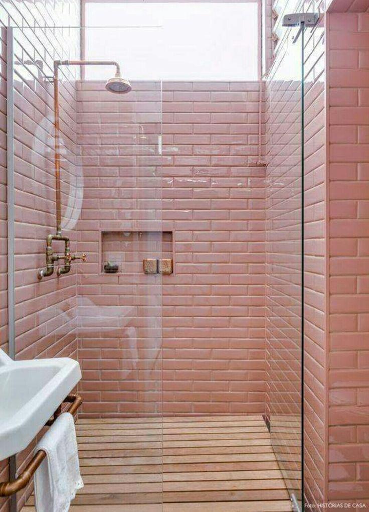 Roze stenen, houten vloer, douche