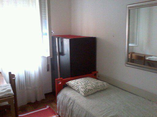 Camera singola Camera singola in appartamento, libera dal tre dicembre, per euro 300 comprese spese. L'appartamento è alla Guizza e composto da altre due camere occupate da ragazze. Comodo alla fermata del tram. connessione internet.