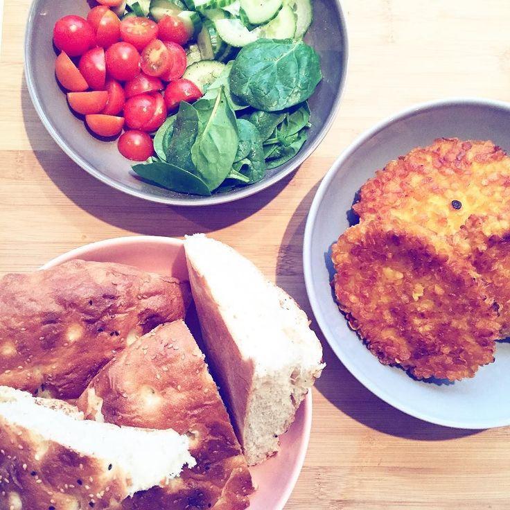 Make your own burger! Yumm spinazie komkommer en tomaatjes op brood met stukjes krokante kip! Niet heel erg gezond maar vriendlief en ik hadden hier ontzettend zin in! Nu even laten zakken en dan hup hup een lekker potje trainen! Balans is namelijk heel belangrijk voor me! En iets wat ik nog veel meer kan leren so bring it on! Wat voor iets lekkers lag er vanavond bij jullie op het bordje? #debesteversievanjezelf #bikinibodyguide #tataki #justdoit #motivation #BBG #kaylaitsines #health…