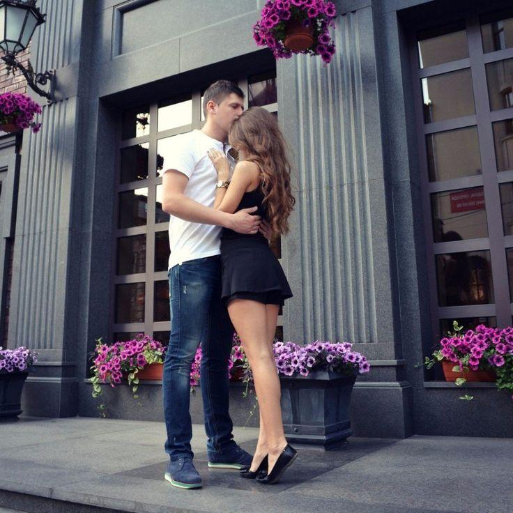 Лучше быть на руках у любящего, чем у ног любимого.