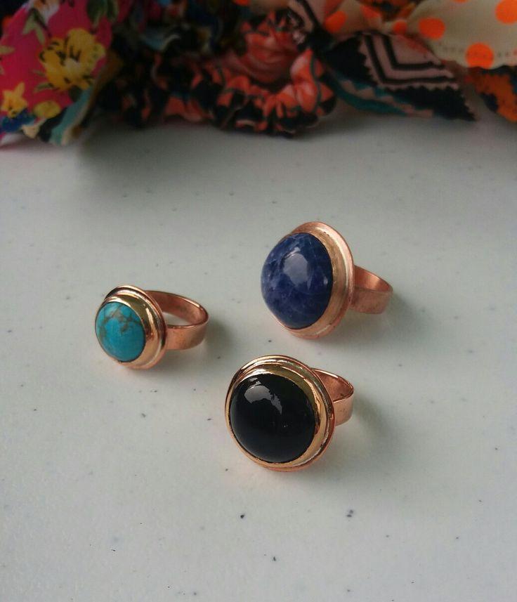 Lindos anillos de cobre y variedad de piedras.  Turquesa, sodalita y Onix.