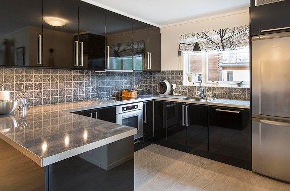 Pent kjøkken i sort høyglans fra Drømmekjøkkenet.