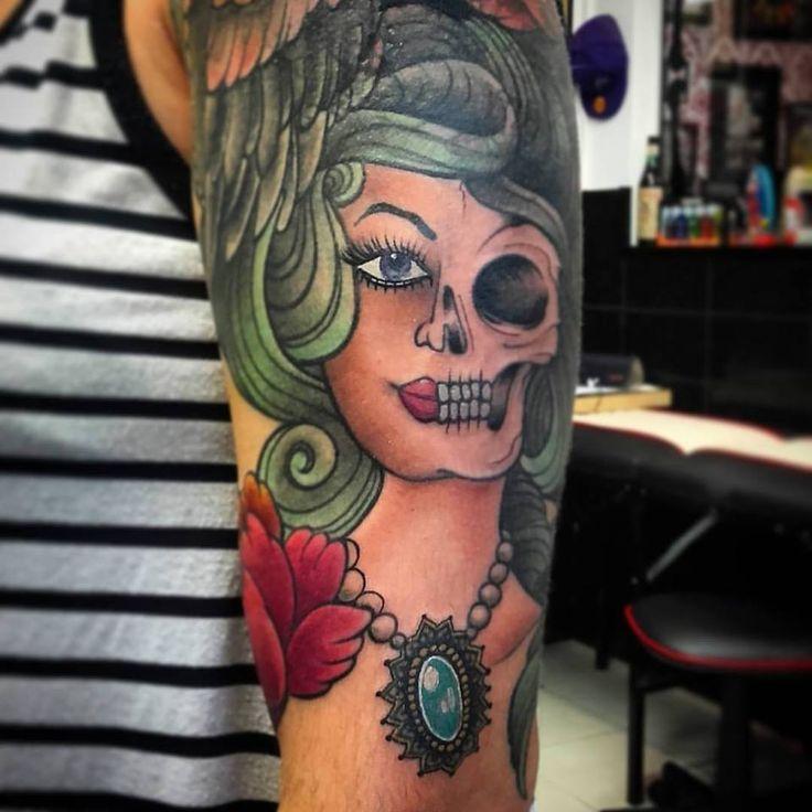 Un cover que estamos haciendo.. tapando tatuajes viejos !!  .#ladytattoo #covertattoo #fullcolor #fullcolortattoos #womantattoo #tinitattoo #timetattoo #skulllady #skullladytattoo #skull