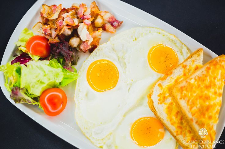 Завтрак континентальный: яичница из 3-х яиц, бекон, помидоры черри, тосты с сыром
