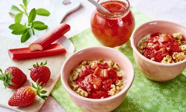 Słodki smak letnich truskawek w połączeniu z kwaśnym rabarbarem