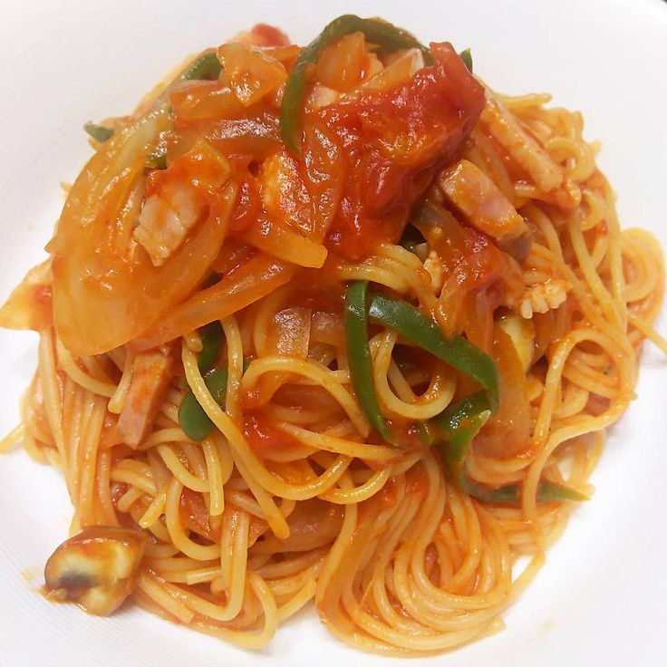 いいね!76件、コメント1件 ― rosa49さん(@rosa.49)のInstagramアカウント: 「夜のナポリタン🌙🎵 ・具材…たまねぎ、ピーマン、マッシュルーム、ベーコン ・トマトソースのほか、パプリカパウダー、仕上げにバターケチャップを纏わせてコク風味UP😄😄 #pasta…」
