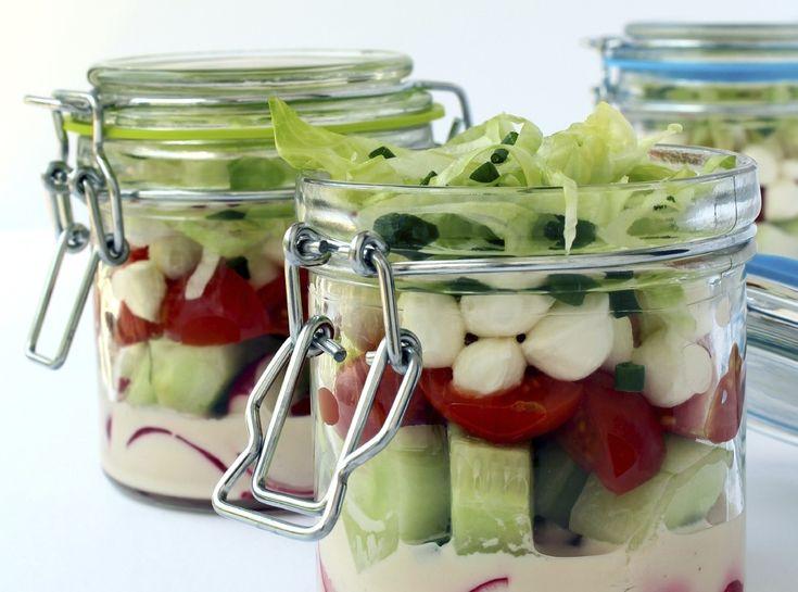 De salade in een bokaal al ontdekt? Het idee is al een tijdje een trend en als je het concept nog niet zou kennen, lees dan vooral verder… …want dankzij de salade in een bokaal (of weckpot) is het kinderspel om lekkere (en gezonde) lunches in te pakken voor een lekkere picknick of om de …