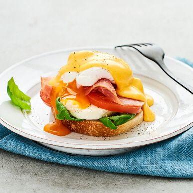 Ägg Benedict på ciabatta med tapenade, skivor av tomat och mozarella, färsk basilika, pocherade ägg, parmaskinka och hollandaise. Ett spännande recept med smak av Italien.