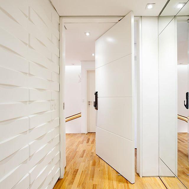 Hall social com papel de parede 3d super simples e - Papel pared entrada ...