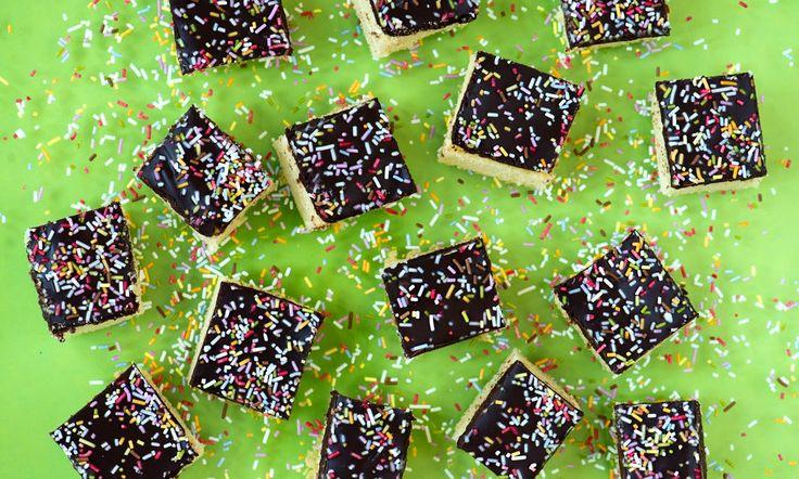 Selterskuchen Rezept: Ein saftiger Kuchen auf dem Blech mit Schokoladenguss - Eins von 7.000 leckeren, gelingsicheren Rezepten von Dr. Oetker!