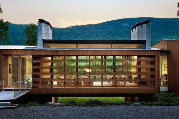 5.деревянные жалюзи закрывают широкие окна