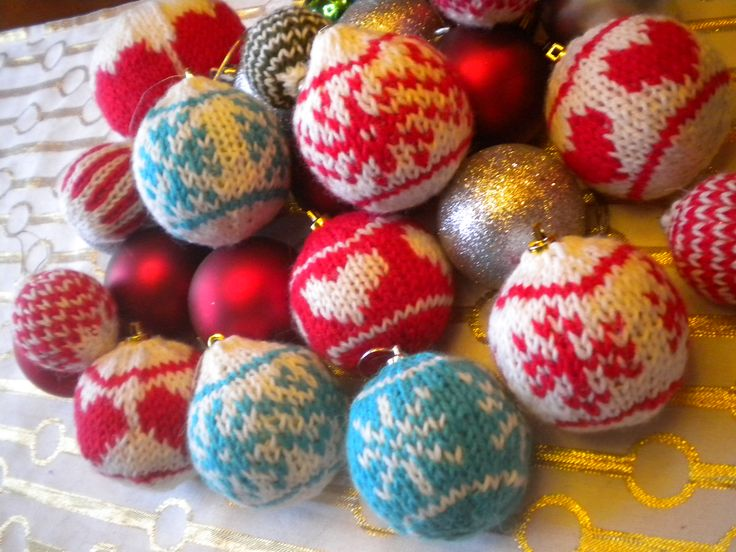 Muoviselle joulukuusenpallerolle uudet vaatteet neulomalla :) Ilmainen ohje ravelryssa http://www.ravelry.com/patterns/library/joulupallon-uudet-vaatteet-2