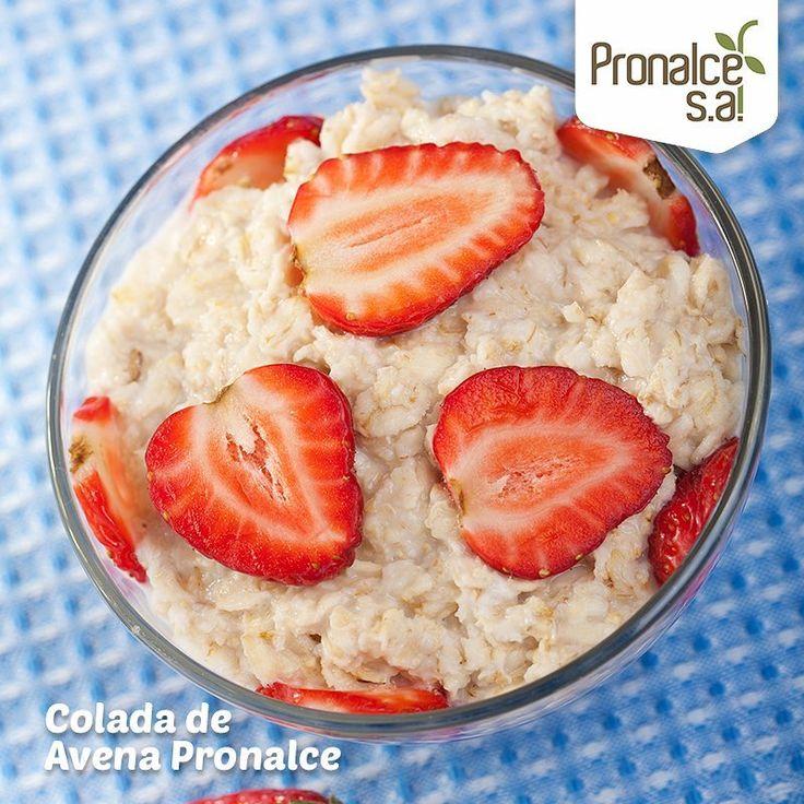 Prepara esta deliciosa colada de avena: •1/3 taza de copos de avena (30 g)  •1 taza de leche •Endulzante y canela al gusto  Poner la leche en una olla, con el endulzante y la canela, cuando empiece a hervir añadir la avena y cocinar a fuego medio hasta que espese, removiendo con frecuencia. Se puede servir caliente o fría y acompañada de fruta fresca, frutos secos, semillas etc.