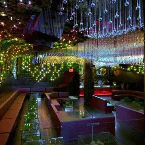 The Greenhouse Nightclub em Nova Iorque, EUA. Projeto do escritório bluarch. #design #iluminação #light #lighting #lightingdesign #conceito #concept #interior #interiores #artes #arts #art #arte #decor #decoração #architecturelover #architecture #arquitetura #design #projetocompartilhar #davidguerra #shareproject #greenhousenightclub #novaiorque #newyork #ny #eua #usa #bluarch