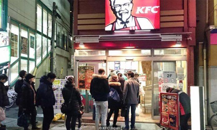 Inilah Punca KFC Popular Ketika Krismas Di Jepun   Pelanggan di Jepun beratur panjang untuk mendapatkan KFC ketika Krismas. Gambar: KFC Jepun  Jepun sememangnya sebuah negara yang unik daripada segi budaya gaya hidup makanan dan juga keindahan alam semulajadinya. Dalam masa yang sama adakah anda tahu ketika perayaan Krismas KFC akan dipenuhi oleh pelanggan untuk mendapatkan bucket Ayam KFC kerana menjadi suatu tradisi di sana.  BACA: KFC Perkenalkan Colonel Sanders Baru  Lebih Seksi Muda…