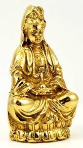 KWAN YIN, diosa de la Misericordia, los niños, la bondad, la magia, la salud y la fertilidad es lo que protege. Símbolos son una flor de loto, té negro, arroz y el arco iris.