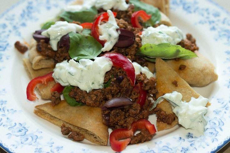 Pitachips nachoes er en anderledes måde at spise pitabrød på, her er de serveret med græsk inspireret hakket lam og tzatziki.