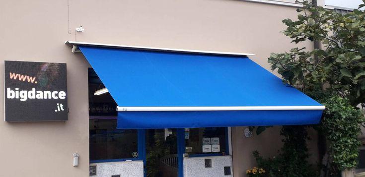 Tenda Da Sole Blu A Cecina Tende Tenda Da Sole Tende Da Esterni