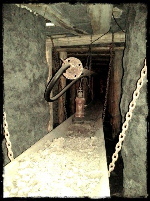 Když jsem fotil, viděl jsem jen tmu. A nakonec vyšlo tohle. Jeden z mnoha přepravníků na uhlí.