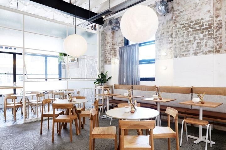 Столики из светлого дерева в дизайне чайной стена