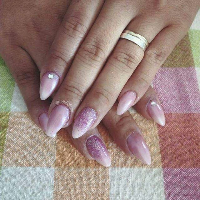 Esculpidas para @caliholting ♡ #nails #nailstagram #instanails #nails2inspire #sculptednails #acrylicnails #pointynails #almondnails #lovenails #polishnails #glitternails #like4like #4like #follow #followme #uñas #uñasacrilicas #uñasesculpidas #esmalte #noelialafrannails