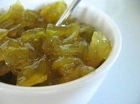 A zöld, éretlen paradicsomokat apróra vágjuk (ha van türelmünk, akkor az aprítás előtt egy éles késsel vékonyan hámozzuk meg a bogyókat, mert sokat ronthat a lekvárunkon az összetekeredett paradicsomhéj), majd rászórjuk a cukrot, és megvárjuk, hogy engedjen egy kis levet. Beletesszük a fűszereket, a hámozott reszelt almát, citromlevet, és finomra reszelt citromhéjat.