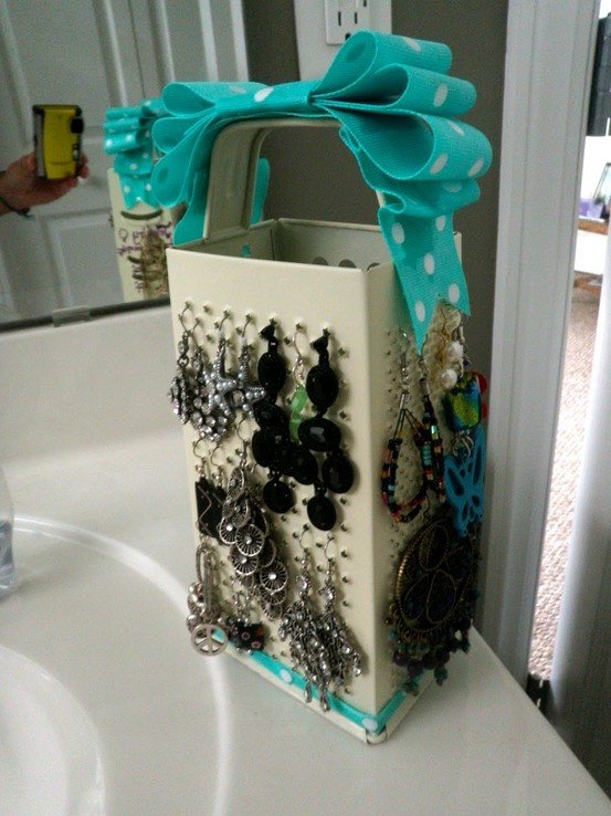 DIY Decor Diva: DIY - Kitchen Grater Jewelry Stand. Julie Lamarche this made me think of you. Also wish I had mor earings.