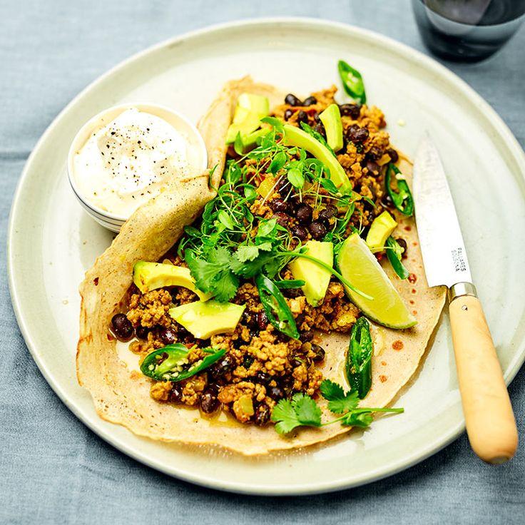 Deze wraps zijn perfect om op een doordeweekse avond te eten. Serveer met avocado, verse kruiden en een flinke dot creme fraiche.    1 Verhit voor de chili wat olie in eenpan op middelhoog vuur en bak hetlamsgehakt bruin. Doe in een...