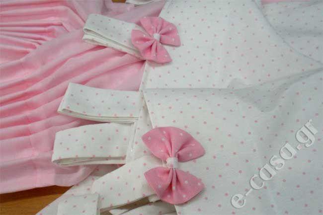 Η Ελένη το δωμάτιο της Μπουμπούς της το έκανε όλο σε ροζ αποχρώσεις. Κουρτίνα γάζα ροζ κουφετί και από πάνω λονέτα λευκή με μικρά ροζ πουά. Ραφή τιράντες με φιογκάκια. Ασσορτί φωτιστικό.