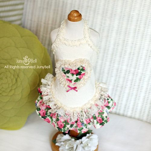 ¿Usted puede oler el aire de primavera? Este precioso vestido está hecho con una crema marfil coloreado jacard de punto que es muy elástico y cómodo. Las vendas de encaje están en el cuello y el contorno del corazón. Flor alegre y en las faldas de encaje blanco que una armonía hermosa